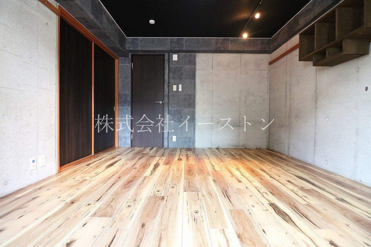 打ちっぱなしコンクリート造りのお部屋にマッチした床板&壁紙で非日常を演出