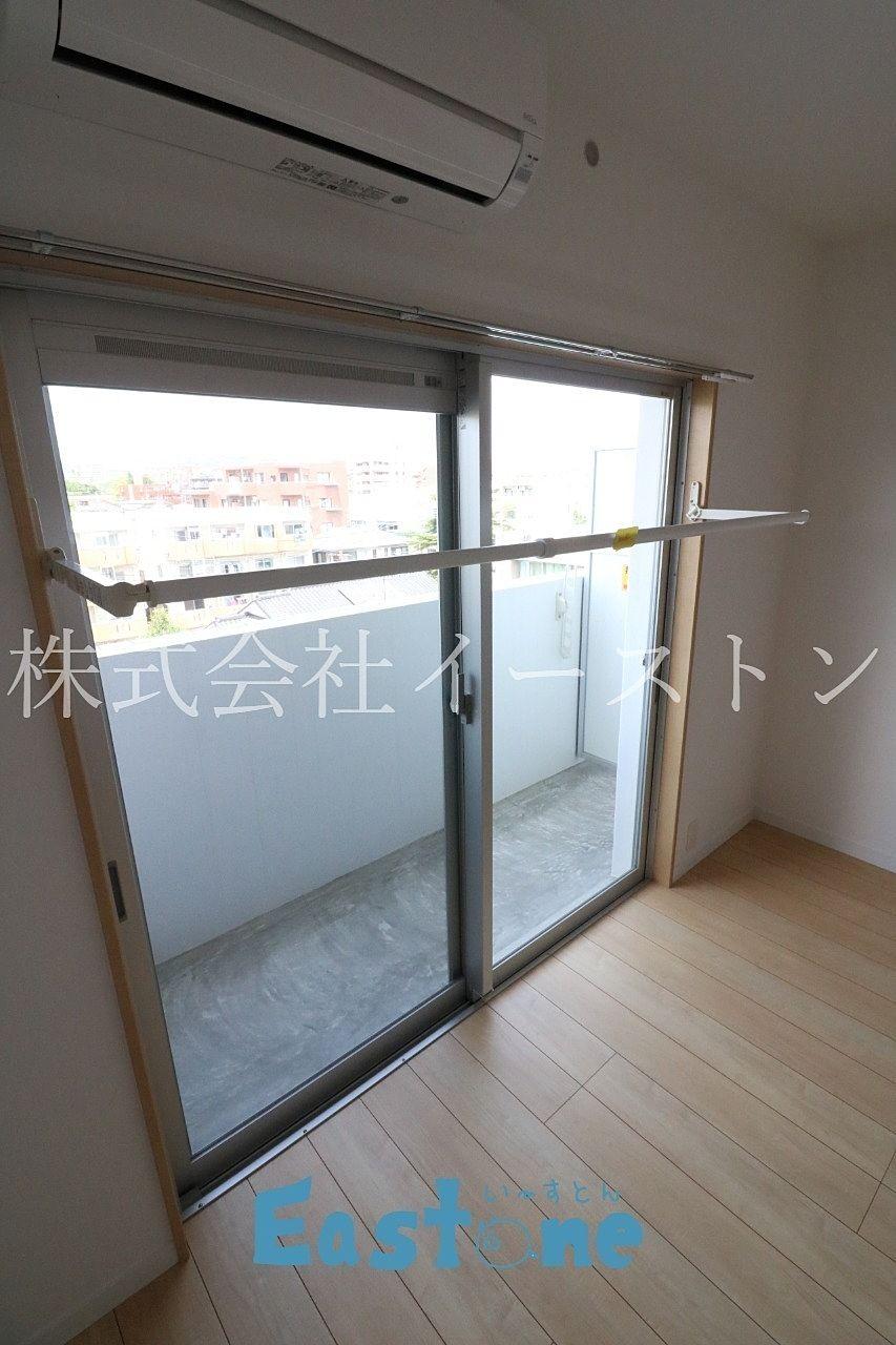 窓枠から必要な時に角度を変えて利用するタイプ。 窓の木枠の幅に注意が必要